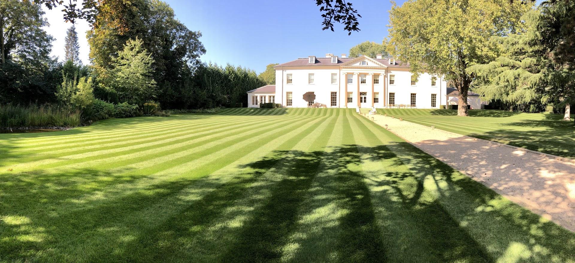 Cutting Hedge Garden Maintenance